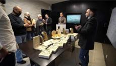 رجل اعمال اردني يكافئ موظفيه بالذهب وايفونات.jpg