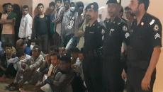 المحتجزين والشرطة.jpg