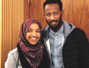 الهان عمر وشقيقها.jpg