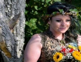 فتاة تتزوج شجرة.jpg