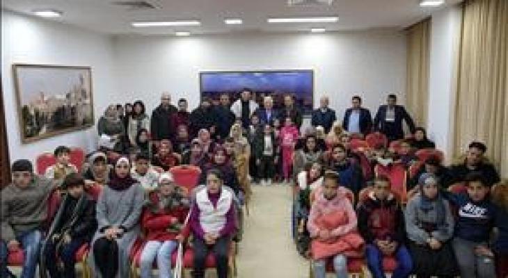 الرئيس يستقبل اطفال سرطان من غزة.JPG
