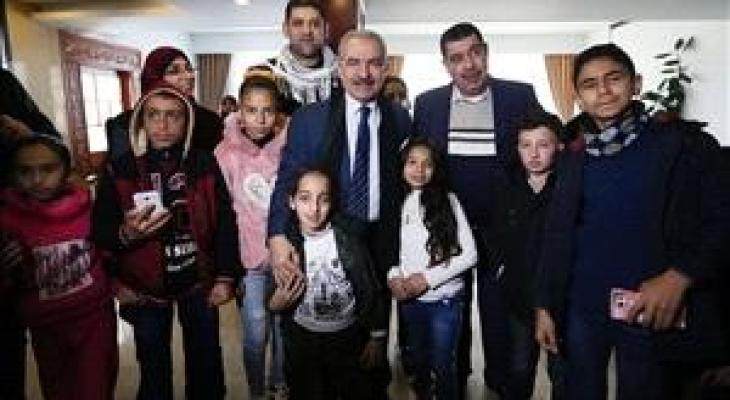 اشتية يلتقي مرضى سرطان من غزة.jpg