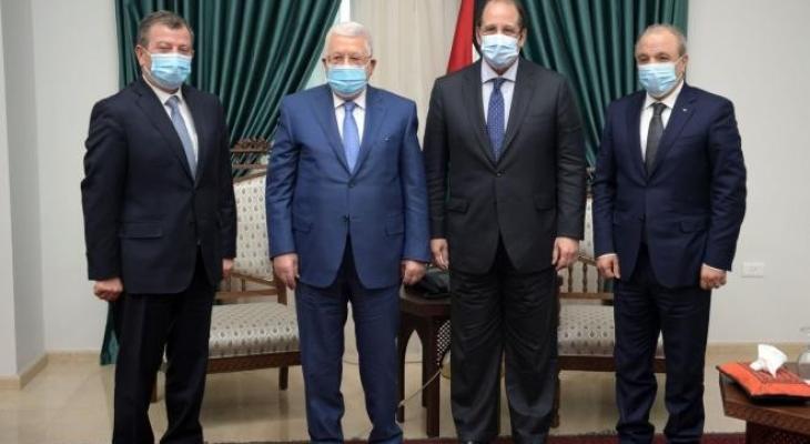 الرئيس عباس ورئيسي جهازي المخابرات المصرية والاردنية.jpg