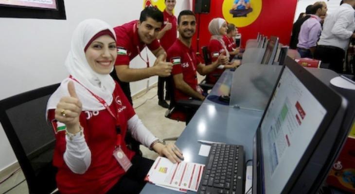 موظفون من شركة الوطنية موبايل في غزة.jpg