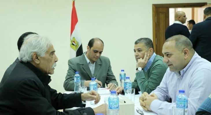 الوفد الامني المصري يلتقي بمحافظ غزة ابو النجا.jpg