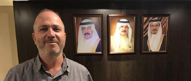 صحفي اسرائيلي خلف صورة رئيس البحرين.jpg