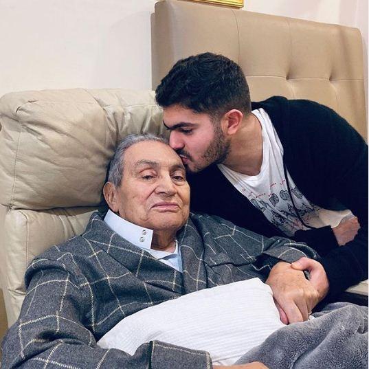 اخر صورة لحسني مبارك قبل وفاته.jpg