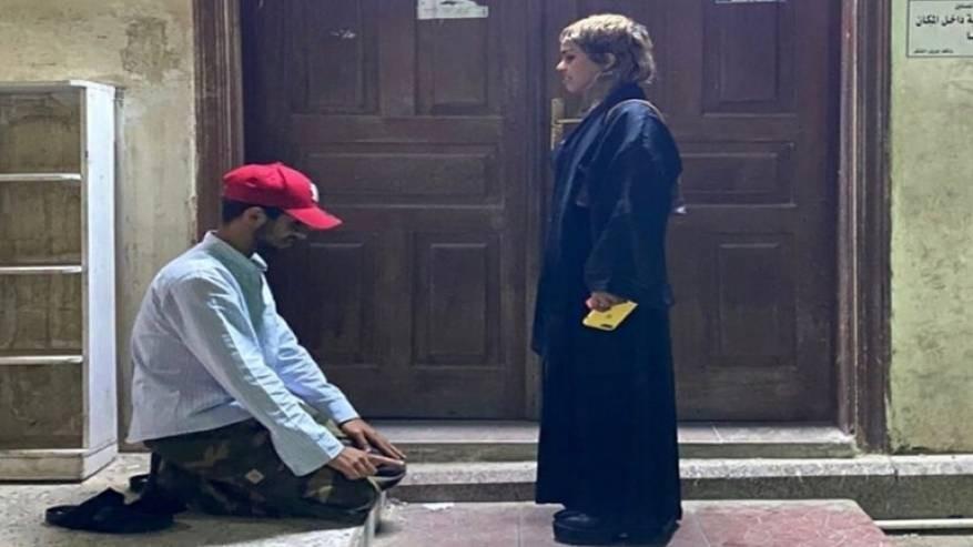 شاب سعودي يسجد لفتاة امام مسجد.jpg