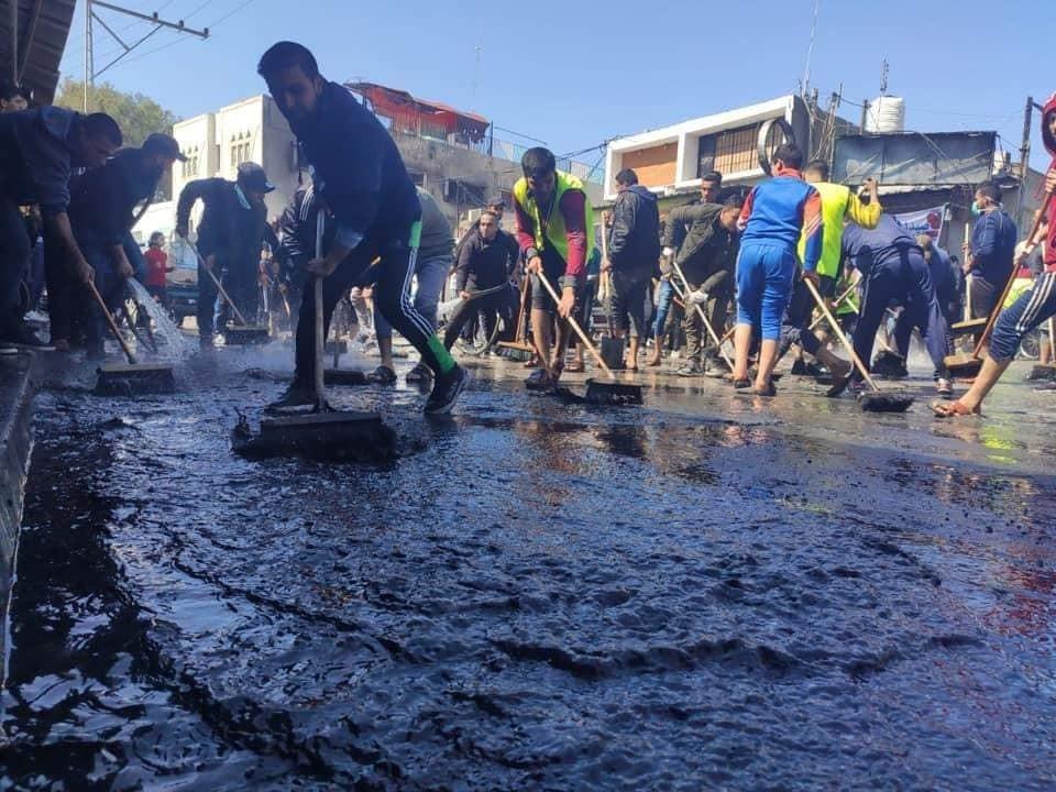 شباب يبادرون لتنظيف حريق النصيرات2.jpg