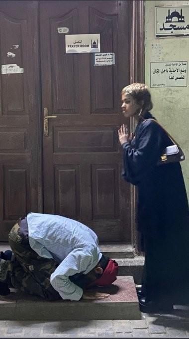 شاب سعودي يسجد لفتاة.jpg