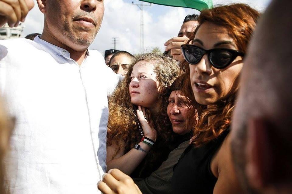 عهد التميمي ووالدتها.jpg