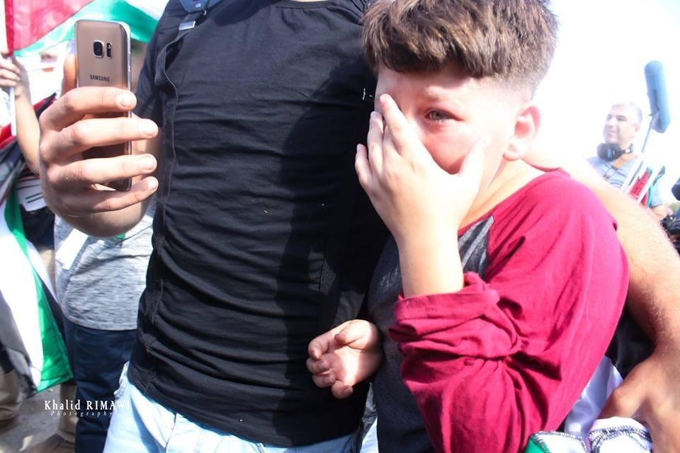 طفل يبكي خلال استقباله عهد.jpg